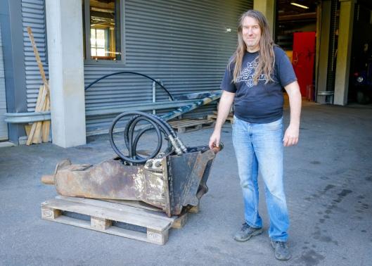 ENTUSIAST: Anders Johnsen har en glødende fascinasjon for bransjen, utstyr og maskiner. Her med sin aller første Furukawa-hammer. Kjøpt i 1998, og fortsatt i bruk.
