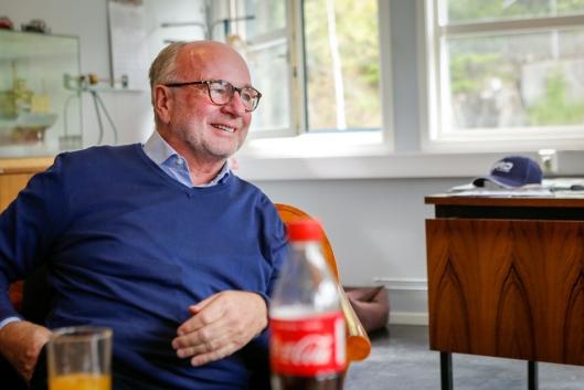 """– HYGGELIG: Daglig leder i Ankerløkken Equipment AS, Ole Andreas Aaserud,liker å høre historien om den """"evigvarende"""" hammeren til Anders Johnsen."""