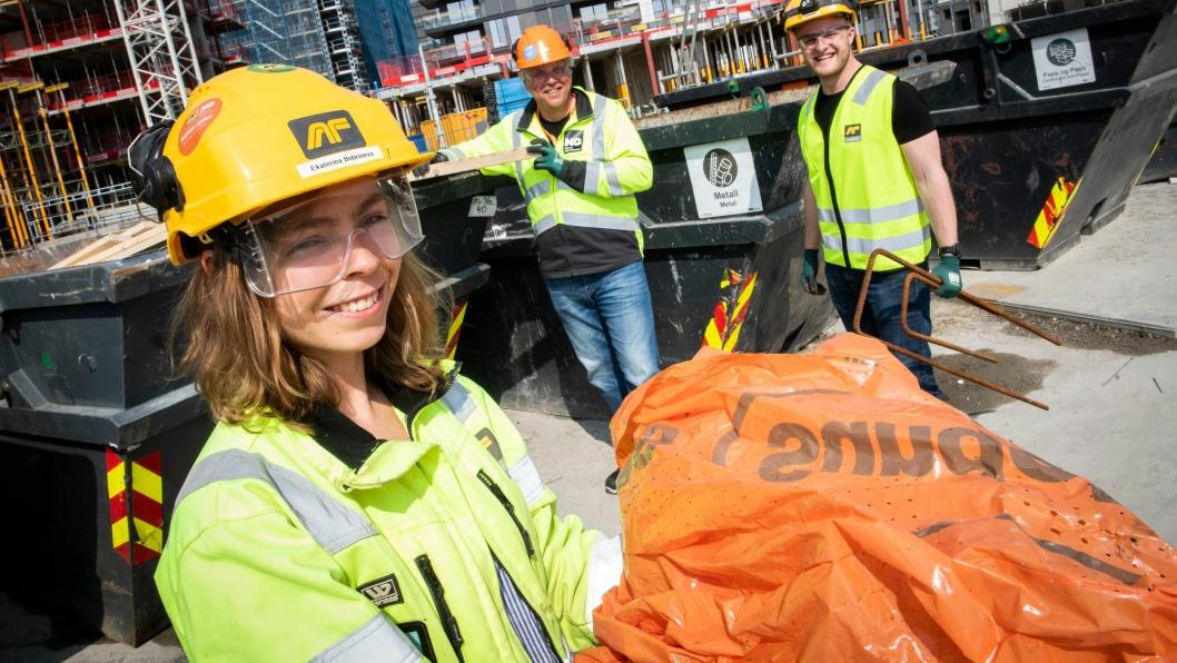 Når alt avfall sorteres i tydelig merkede containere på byggeplassen, betyr det at byggeplassmaterialene kan materialgjenvinnes. Ytre miljøansvarlig Ekaterina Bobrineva i AF Gruppen i aksjon på plassen.