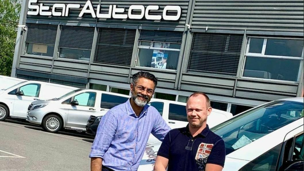 Daglig leder Zahid Saddiq og salgssjef Tommy Martinsen i Star Autoco.