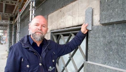 Ellingard Natursteins prosjektleder og mester i steinfaget, Bjarg W. Andersen, er stolt over at Ellingard og deres montører nå greier å erstatte den sjeldne Solvågsteinen på fasaden i Rådhusgata 25 i Oslo.