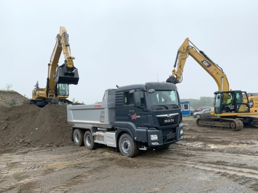 TESTE: De som vil kan teste både lastebiler og anleggsmaskiner.