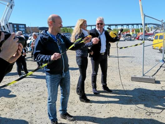 Stemningen var på topp da Ruben Jensen (t.h.), Julie M. Brodtkorb og messegeneral Herbjørn Nilssen kuttet båndet og erklærte NNBA 2019 for åpnet.