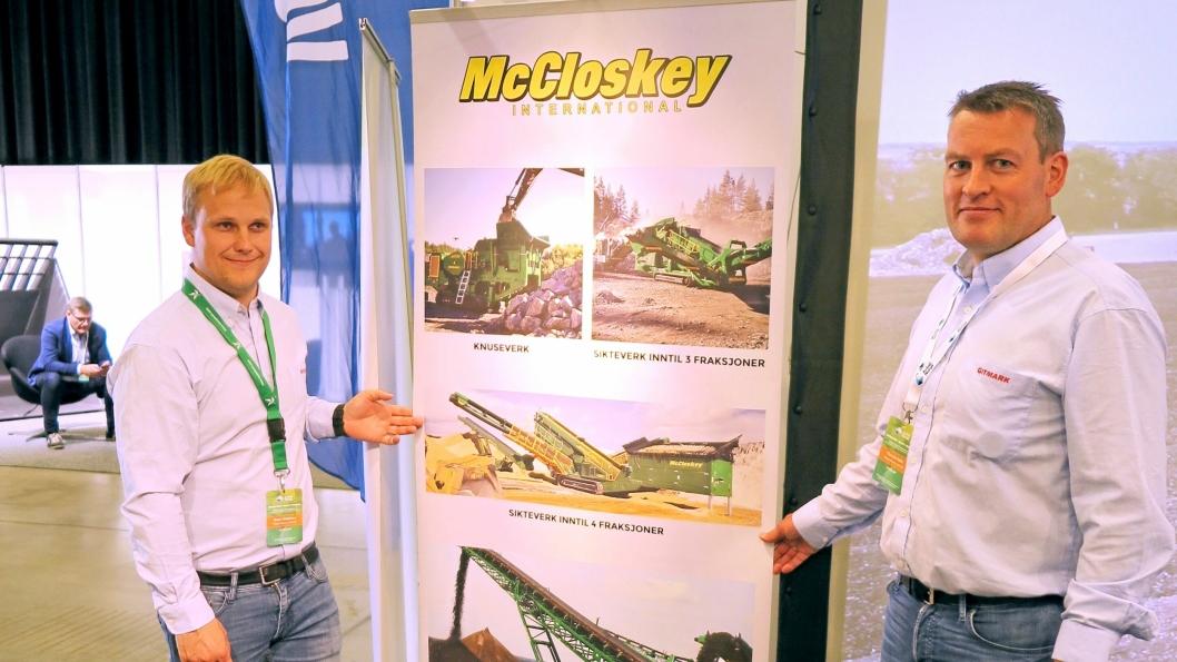 SPENNING: På Avfallskonferansen viste Gitmarks Ørjan Madsen (t.v) og Thomas Helle en plansje over McCloskey-programmet Gitmark representerer i Norge. Oppkjøp gir alltid en viss spenning, men Metso har uttalt at forhandlernettverket for McCloskey skal beholdes.