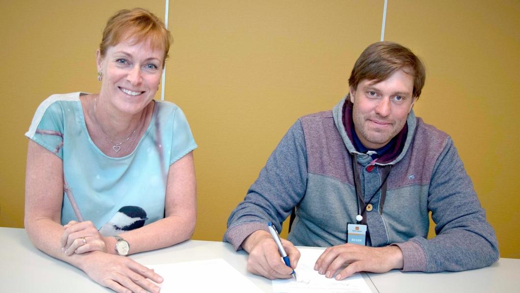 Daglig leder Jo Breivegen og prosjektleder Helene Byre i Statens vegvesen skrev under på kontrakten for byggingen av riksvei 36 langs Seljordsvannet.