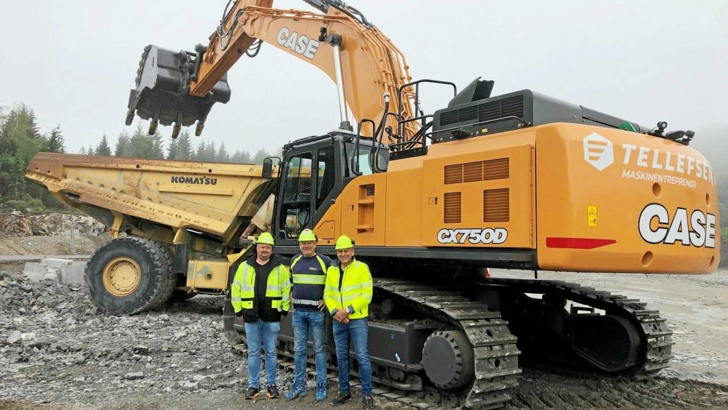 75 TONN: Fra overleveringen av Case CX750D (75 tonn). Fra venstre: Salgssjef Geirmund Rundhaug, Brubakken AS, entreprenør Vidar Tellefsen og selger Roar Kristensen, Brubakken AS.