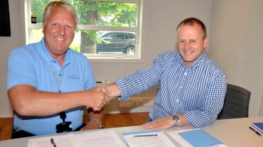 Daglig leder i Marthinsen & Duvholt AS, Frank Duvholt (t.h.) signerte kontrakten med prosjektleder Tom Hedalen i Statens vegvesen.
