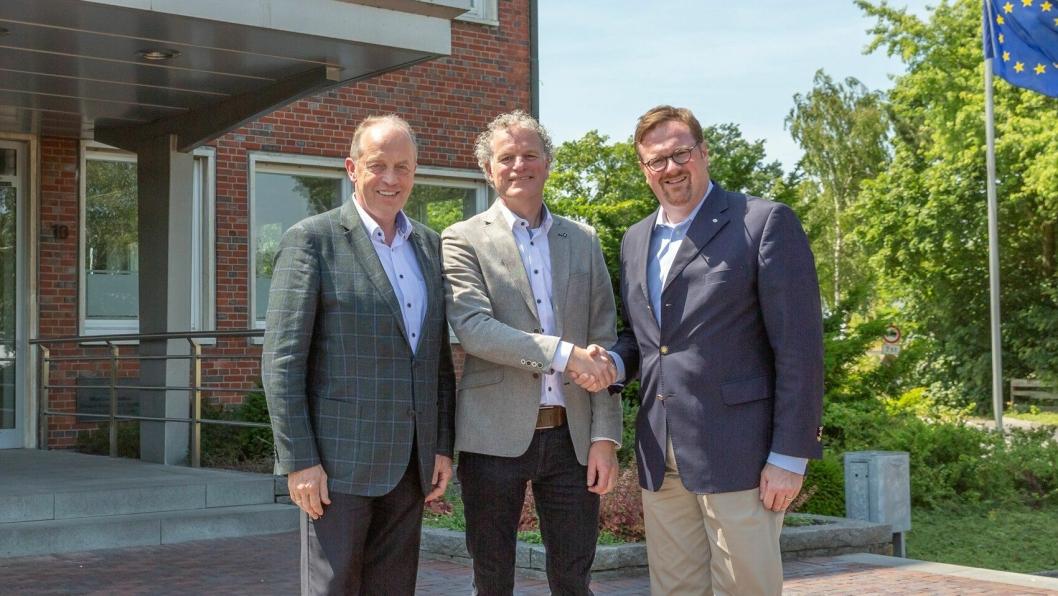 AVTALEN: Direktør Peter Joosten i Knapen Trailers (midten) bekrefter avtalen med eier og direktør Bernard Krone (til høyre) og styreformann Alfons Veer i Krone Holding.