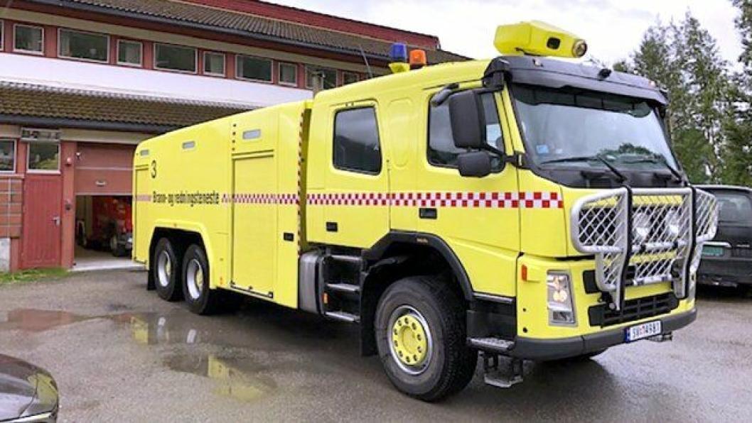Denne brannbilen er kjøpt brukt fra Stord lufthamn, og det er ettermontert en del utstyr. Nå skal den brukes til slukking av tunnelbranner i Ofoten.