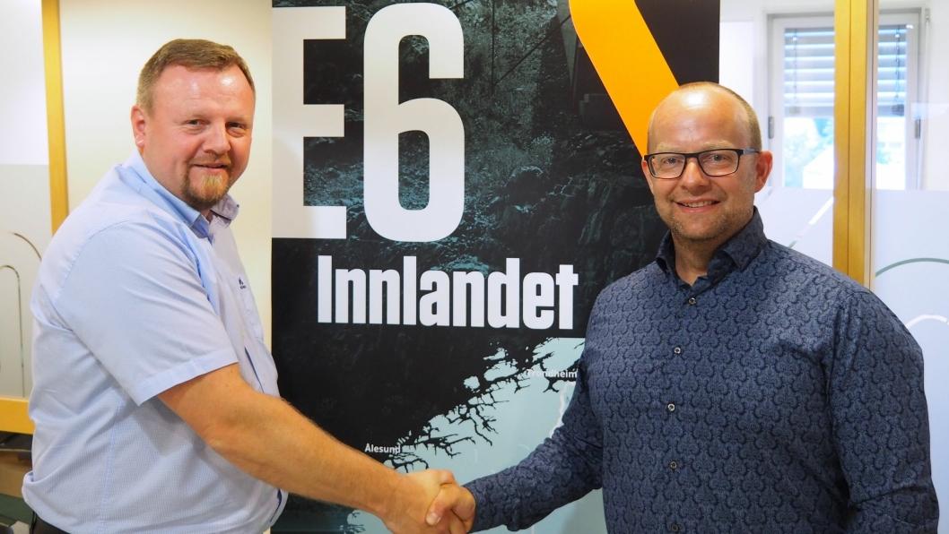 Kontraktssignering: Øyvind Moshagen (t.v.), prosjektdirektør i Nye Veier og Johan Hansson, administrerende direktør i Peab Anlegg.
