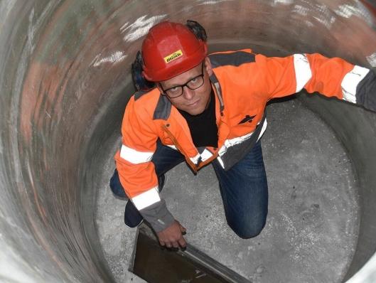 Salgssjef i Olimb Rørfornying AS, Svein Rune Myhre, inspiserer en rehabilitert kum.