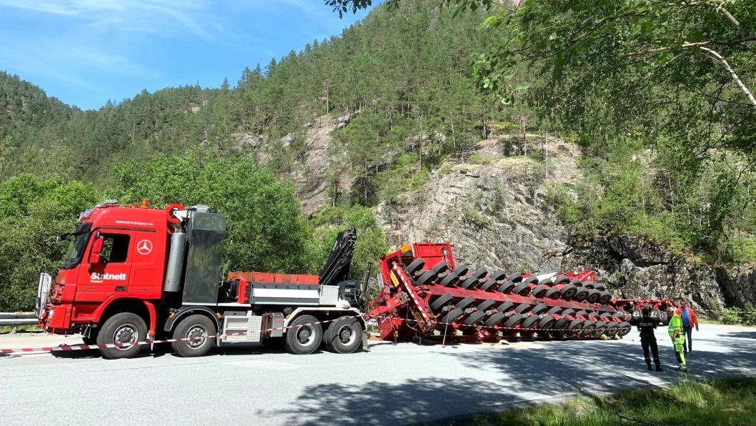 Statnetts vogntog på til sammen 410 tonn veltet i Suldal i Rogaland. En transformator havnet i grøfta.