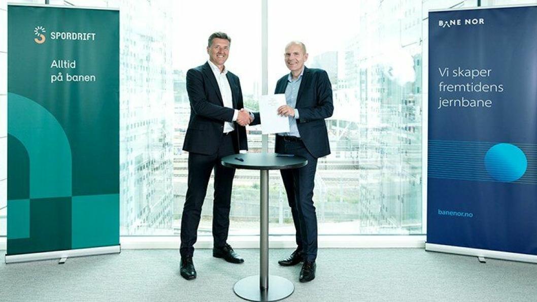 Henning Bråtebæk (t.v.) og Gorm Frimannslund underskrev kontraktene.