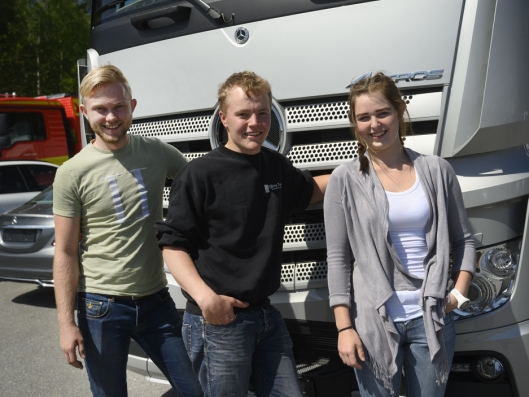 BESTE ELEVER: Håkon Utengen (t.v), Ruben Gullerud og Thiril Thengs var de tre beste elevene fra Hønefoss videregående skole sist skoleår.