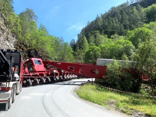 Biler som var under to meter i høyden kunne passere gjennom en åpning i det veltede vogntoget.