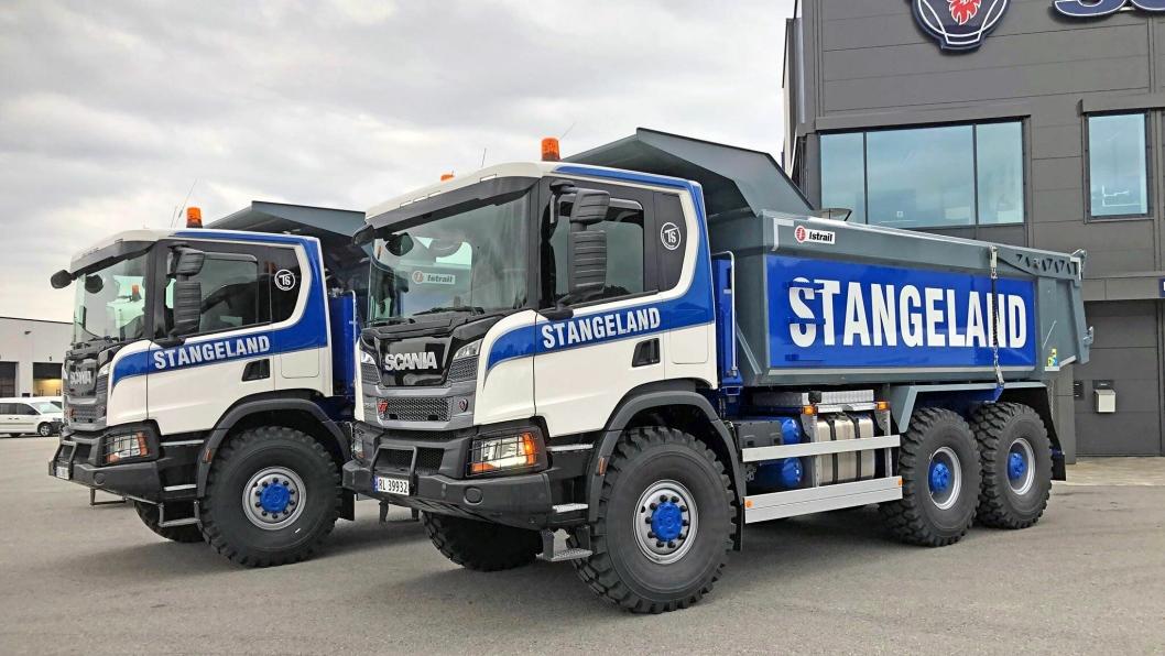 To av bilene som bidrar til de de gode tallene for Scania første halvår: To Scania P450 XT 6X6 som ble levert til Stangeland.