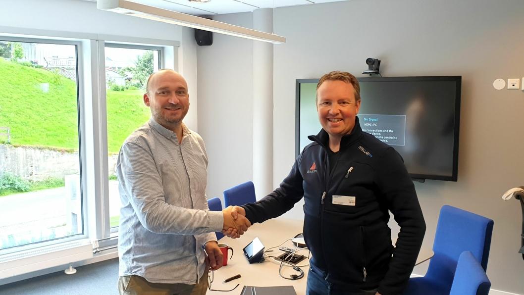 Svein Ivar Moe (t.v.) i Statens vegvesen og Lars Krangnes i Cautus Geo signerte kontrakten for skredvarsling med automatisk stengning av fylkesvei 241 i Gudvangen i juni 2019.