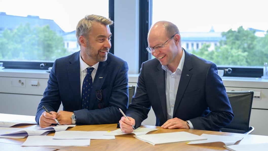 Peabs konsernsjef Jesper Göransson (t.v.) og Kari Kauniskangas, administrerende direktør i YIT, signerte avtalen.