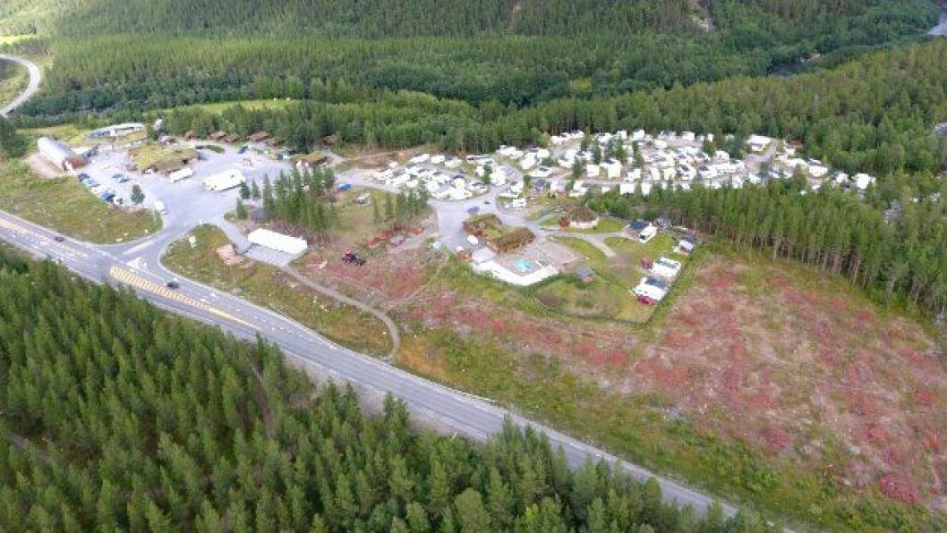 Den nye døgnhvileplassen etableres i tilknytning til Saltdal Turistsenter, i området bak de hvite containerne på bildet.