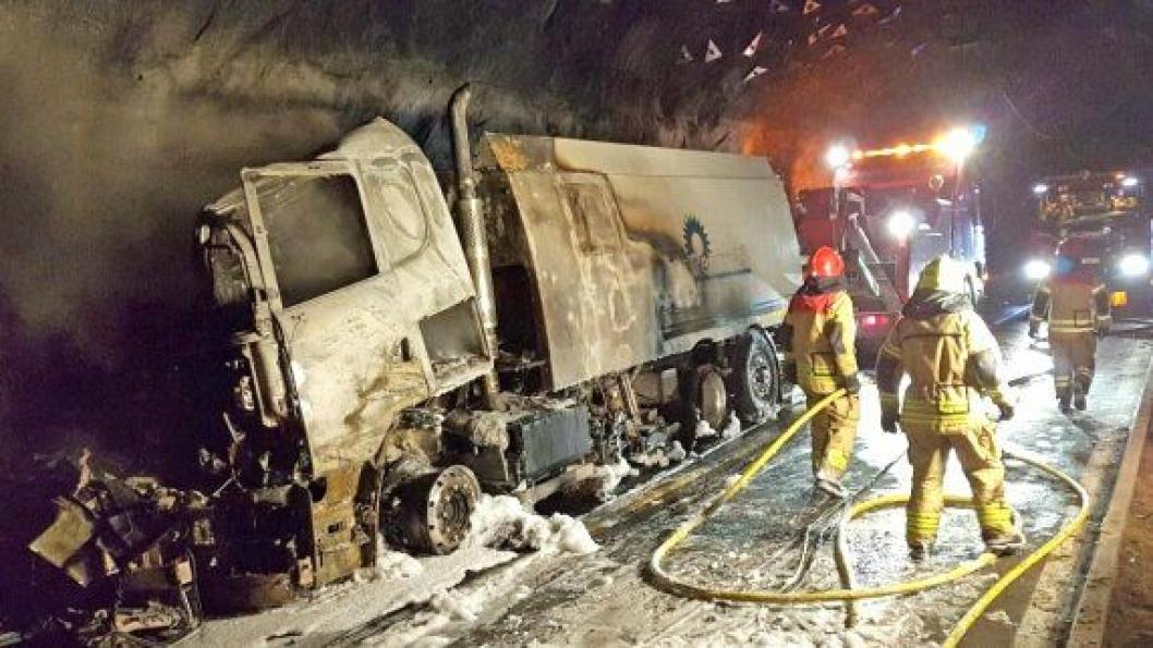Denne feiebilen, en Scania R580 av typen LB6X2*4HNB, begynte å brenne i i Fjærlandstunnelen på riksvei 5 mellom Jølster og Sogndal 17. april 2017.  Bilde fra SHTs rapport om hendelsen.