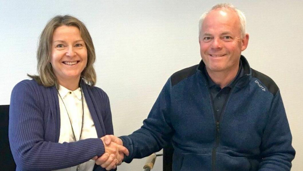 Seksjonsleder Elin H. Havik i Statens vegvesen og prosjektleder Jack Valleraune i Park og Anlegg AS signerte kontrakt 4. juli.