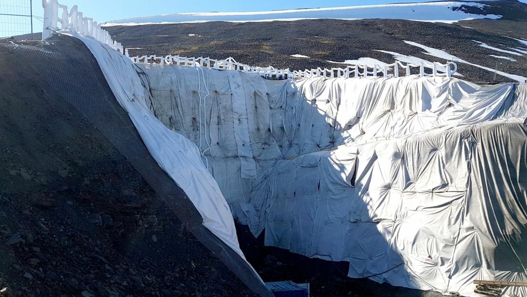 Byggegropen ved inngangen til Svalbard Globale Frøhvelv er nå sikret med grunnfrysing, etter at permafrosten begynte å svikte.