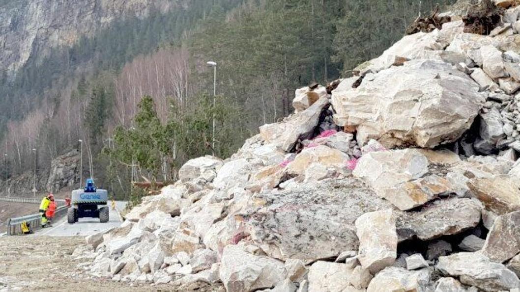 Statens vegvesen fikk sprengt ned den usikre bergveggen over E6 i Elstadkleiva i Ringebu, etter sprengningsuhellet i pukkverket i mars 2019, slik at veien ble stengt i starten på april.