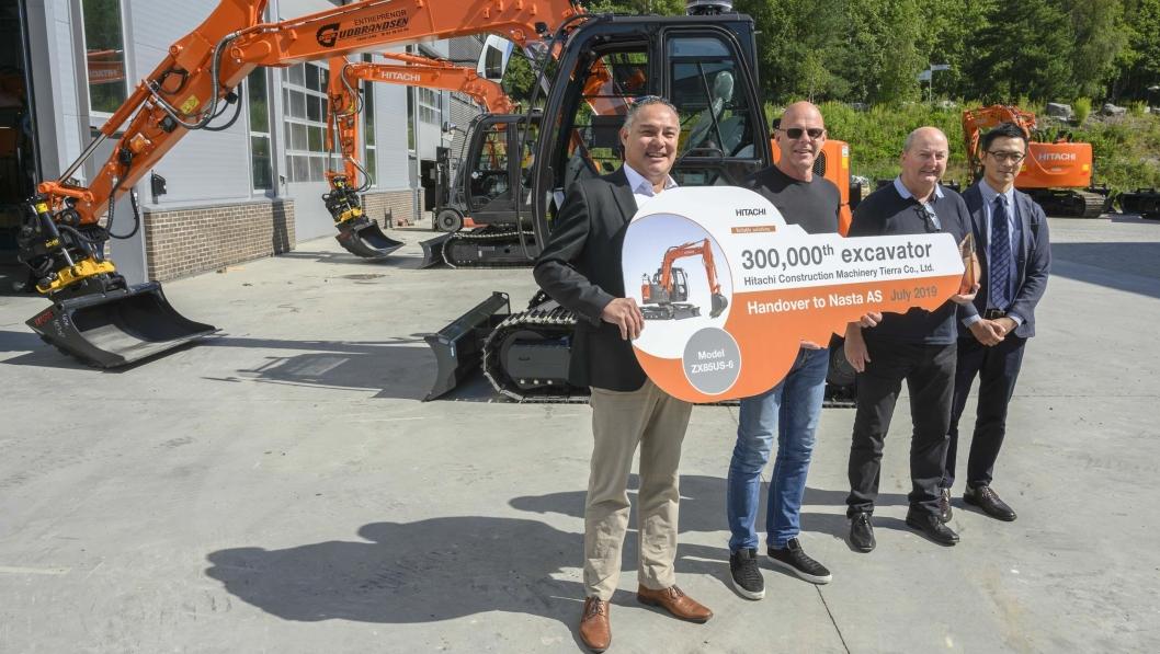 STOR NØKKEL: Det var god stemning da Mike Versteeg (t.v), kunne overlevere giganøkkelen til Nils Olav Gudbrandsen sammen med Tom Johansen og Kosuke Ogihara som synlig bevis på 8-tonner nummer 300.000.