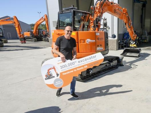 300.000: Det er levert hele 300.000 maskiner i denne størrelsen fra Hitachis Tierra fabrikk. Nå har Nils Olav Gudbrandsen jubileumsmaskinen.