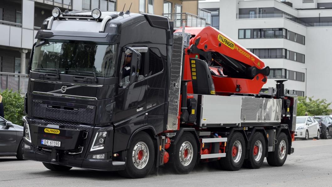 STØRST: Enn så lenge finnes det ikke større lastebilkraner enn 200 tonnmeteren fra Palfinger, her montert på Stein Grøttings nye Volvo FH16 650. Kranen ligger langs etter planet når den er pakket.