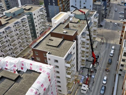 OVER: Der de fleste andre kranbiler bare når opp tiltaket, kan Henning Lehre levere varene inne på motsatt side av taket.