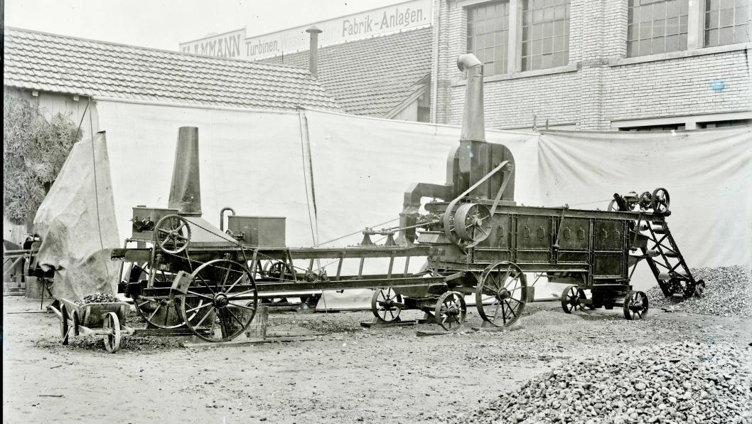 VEIBYGGER: Maskinen «Macadam Machine» fra 1908 blandet materiale med bindemiddel for å bygge veier.