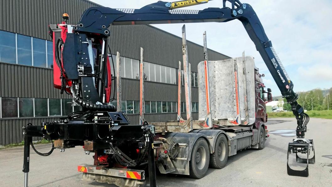 FØRSTE: Den første Cranab Truck TL12.2 tømmerbilkran levert av Silva System, er montert på en Scania R620.