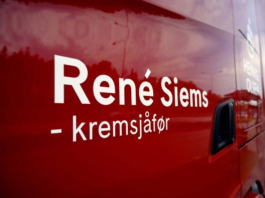 KREMSJÅFØR: René Siems gjorde store øyne da han hentet den nye bilen. Han hadde ikke ventet å finne sitt eget navn og Kremsjåfør på døra.