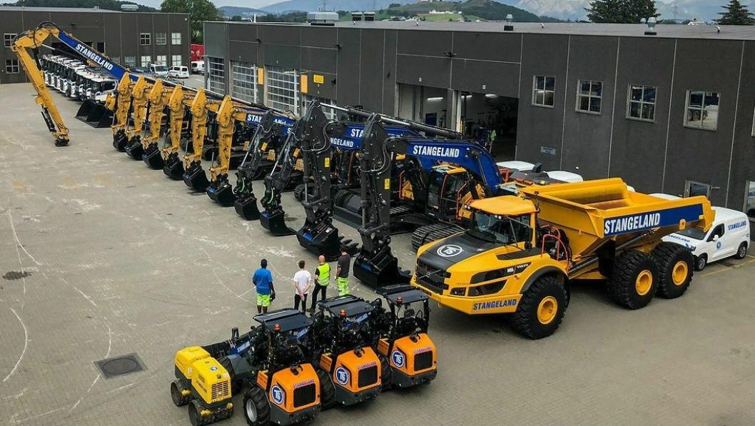KLAR FOR UTKJØRING: I løpet av tre ukers fellesferie har Stangeland klargjort 900 tonn nye maskiner og biler som i løpet av uken skal ut på anleggene. Foto: Stangeland