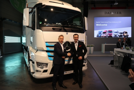 Stefan Buchner, sjef for Mercedes-Benz Trucks overleverte i februar 2019 en av de første eActrosene til Rainer Schmitt, adm. dir. i Logistik Schmitt.
