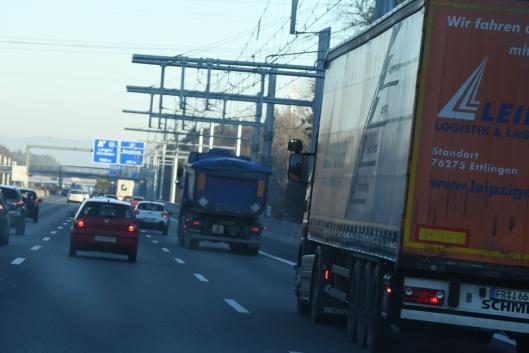 I tyske Essen er det langs en 18 kilometer lang veistrekning bygd 6 kilometer med kjøreledinger for pantograf-lastebiler.