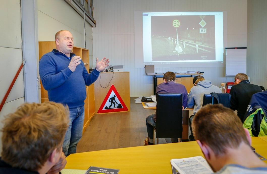 KURSVIRKSOMHET: Daglig leder Kai Berg under et kurs hos Norsk Trafikksikring AS. Ski-bedriften, veileder og leverer alt innen trafikksikring - i hele landet.