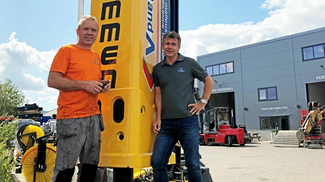 Daglig leder Kai Moen (t.h.) og teknisk sjef Ørjar Kveta ønsker velkommen til «Åpent Hus» torsdag 22. august. Her er duoen avbildet ved firmaets «portstolpe», D&A-hammeren 1200 DP på 12 tonn.