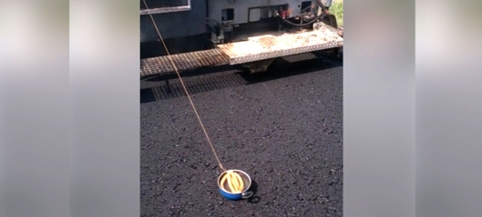 Trekker pølser med asfaltutlegger