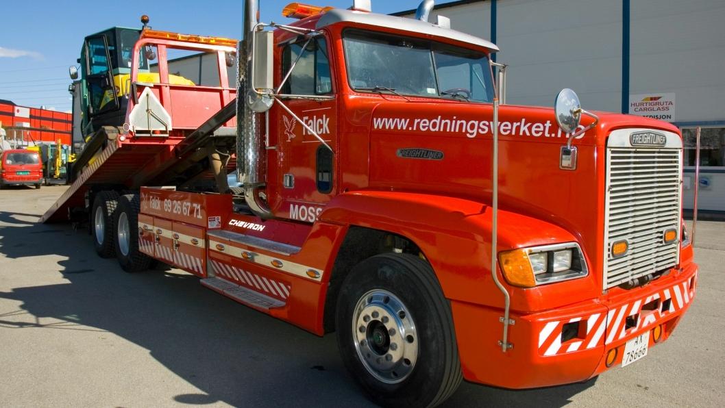Hele 95% av den ombygde Freightlinerens arbeidsoppdrag er maskintransport. Her ser vi sjåfør Atle Havig i ferd med å klargjøre en transport av en Yanmar VIO 75-gravemaskin (7,5 tonn, eksklusive redskap).