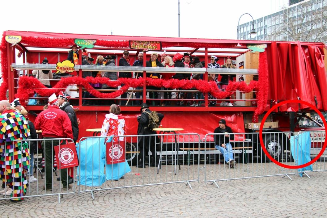 KARNEVALBIL: Den pensjonerte trekkvogna er blitt ombygget til karneval/fest/festival-bil. Bilde fra karneval i Tyskland i februar 2019. Ford-førerhuset i rød ring.