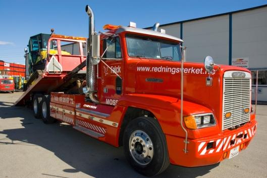 Hele 95% av den ombygde Freightlinerens arbeidsoppdrag er maskintransport. Her er sjåfør Atle Havig i ferd med å klargjøre en transport av en Yanmar VIO 75-gravemaskin (7,5 tonn, eksklusive redskap).