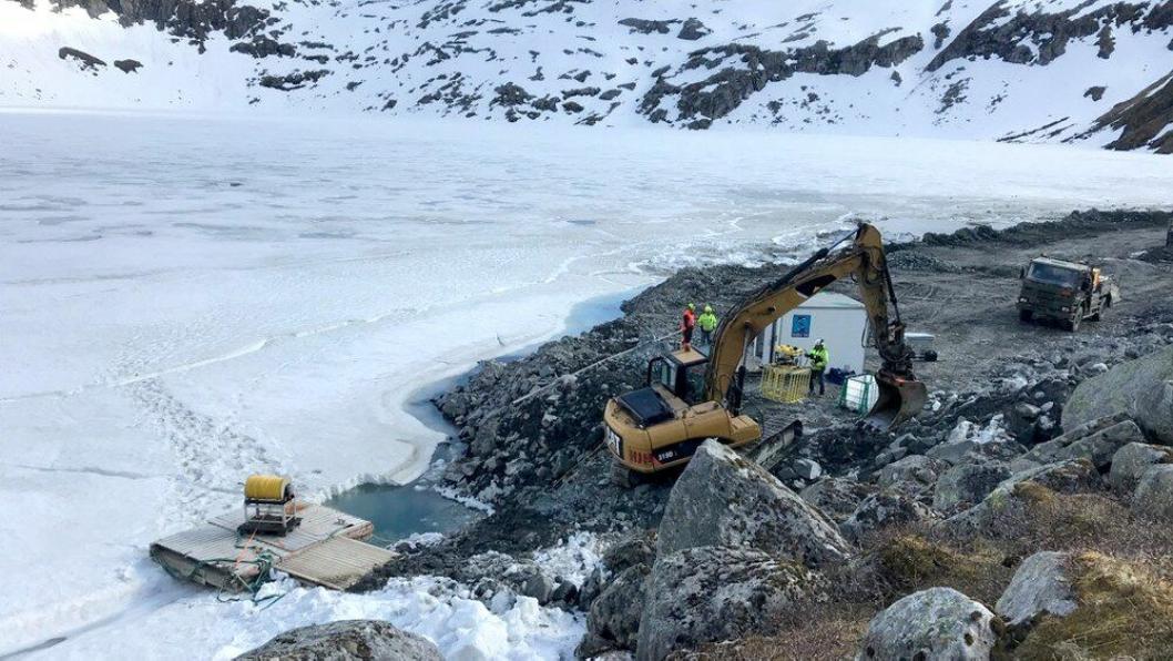 15. mai forsvant maskinførerKarl Sverre Egeland og hjullasteren han kjørte i det da islagte Smibelgvatnet i Nordland. 15. august ble han funnet under en leteaksjon i regi av arbeidsgiveren, Hæhre Entreprenør.