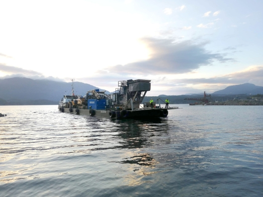 Hundrevis av tonn med maskiner og utstyr ble skipet fra Sandnes til Jelsa.