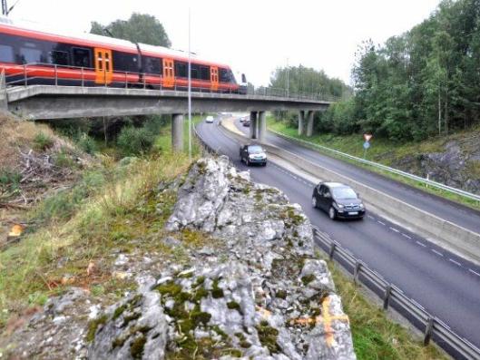 Berget som skal sprenges er tett på jernbanen ved E134 på Steinberg. Derfor må det skje når Bane Nor også har stengt.