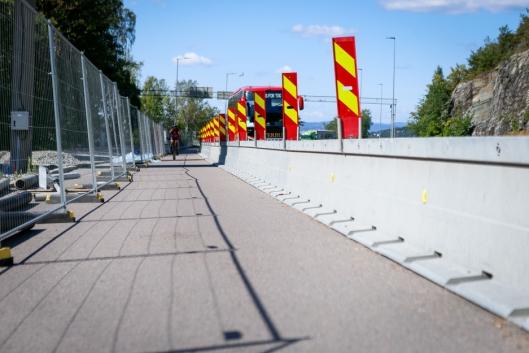 Flere tusen meter med Zoneguard-rekkverk skiller, og sikrer, arbeidende, gående og syklende fra tunge trafikanter.