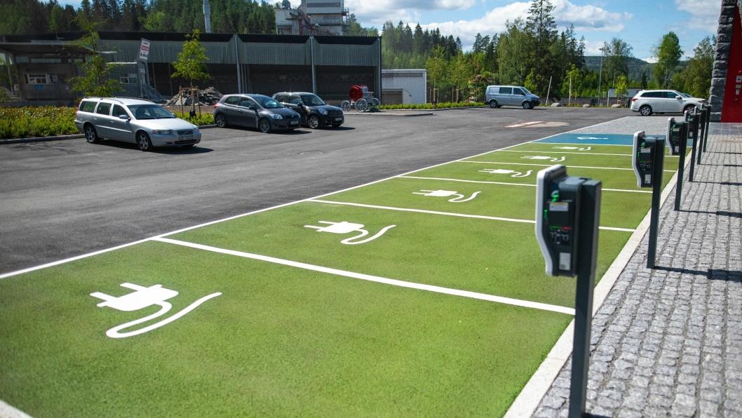 Grønn markerer parkering for EL-biler, og blå markerer HC-parkering.