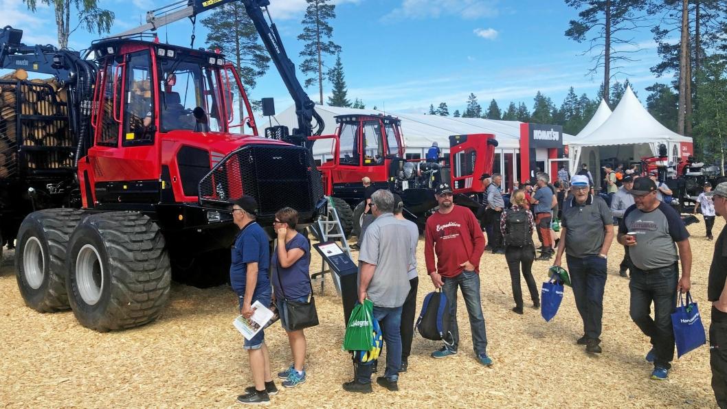 BESØK: Komatsu-standen hadde godt besøk under Skognolia-messen ved Umeå 13.-15. juni.