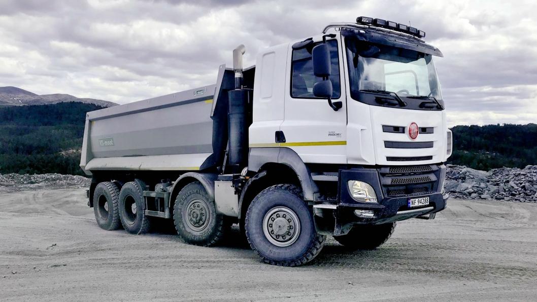 FØRSTE: Ottadalen Anlegg har fått den første Tatra-lastebilen levert av E18 Truckcenter.